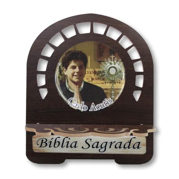 PB811550 - Porta Bíblia Beato Carlo Acutis MDF Resinado - 26x21,5cm