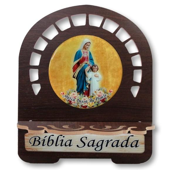 PB812311 - Porta Bíblia Maria Passa na Frente MDF Resinado - 30,5x25,5cm