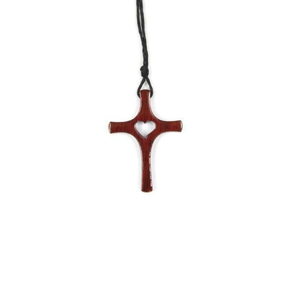 CC37006 - Cordão c/ Cruz Madeira c/ Coração Vazado - 50cm